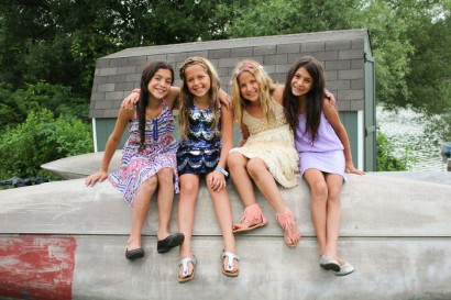 young-camper-girl-friends